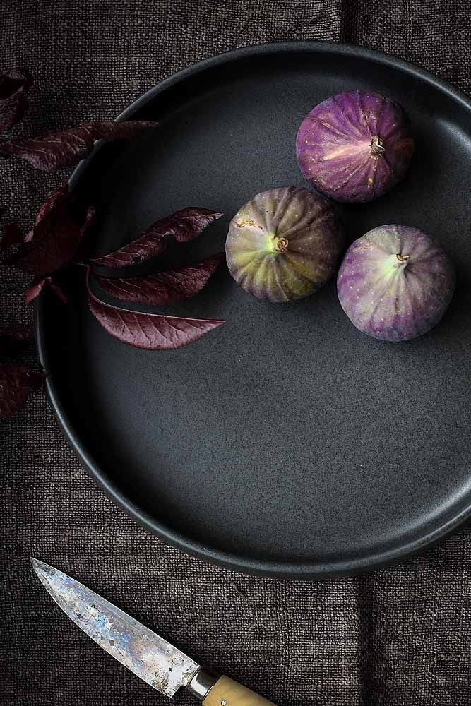 Our Cueva range is sleek and dark and so smooth to hold. Inspired by the rustic cooking of Mexico, this range will show off all the colours and textures of food to perfection. The plate/bowl has a beautifully curved lip which means you can serve stews, pastas and dishes with a sauce without anything sliding off! Sophisticated and rustic at the same time, Cueva means 'cave' and takes us back to the simplicity of great home cooking. It's also oven, dishwasher and microwave oven safe.